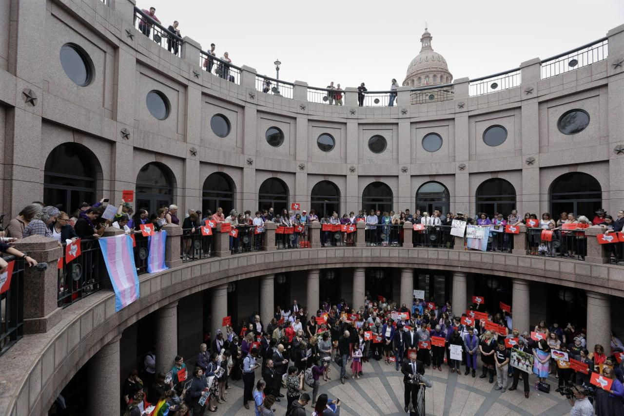 Miembros de la comunidad transgénero y otros que se oponen al proyecto de ley 6 del senado se manifestaron en el exterior del Capitolio de Texas. Foto AP