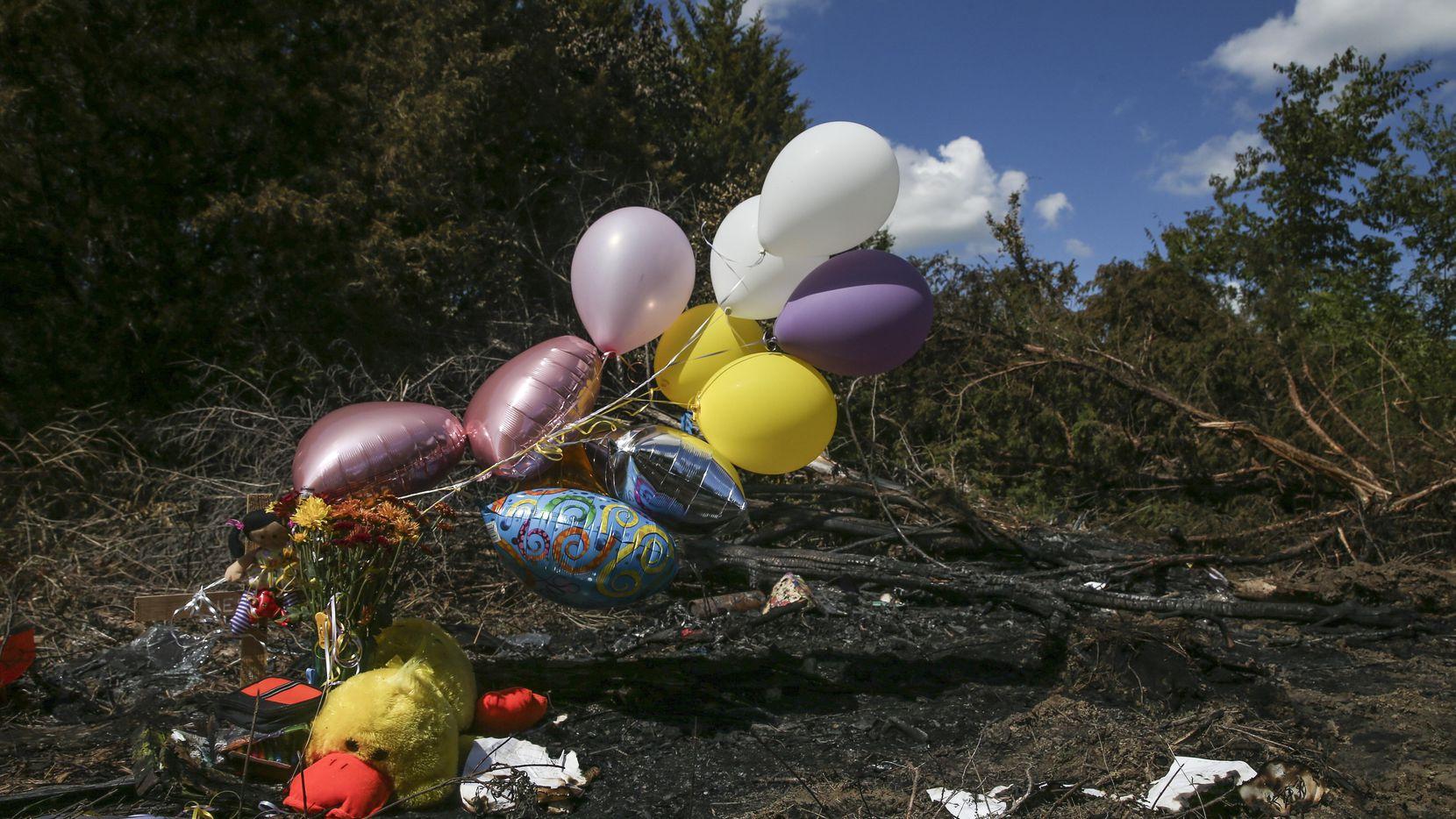 Globos y flores yacen en el lugar donde ocurrió un accidente el miércoles. Jazmine Alfaro, de 12 años, falleció. (DMN/RYAN MICHALESKO)