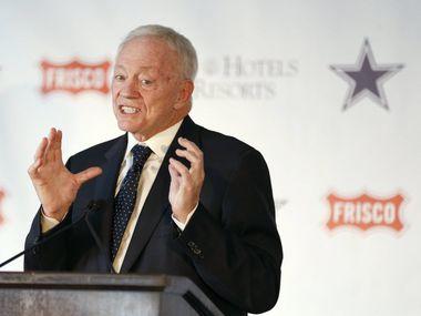 El propietario de los Dallas Cowboys, Jerry Jones, está en ojo del huracán creado por su silencio en torno a la discriminación racial y sus lazos con Donald Trump.