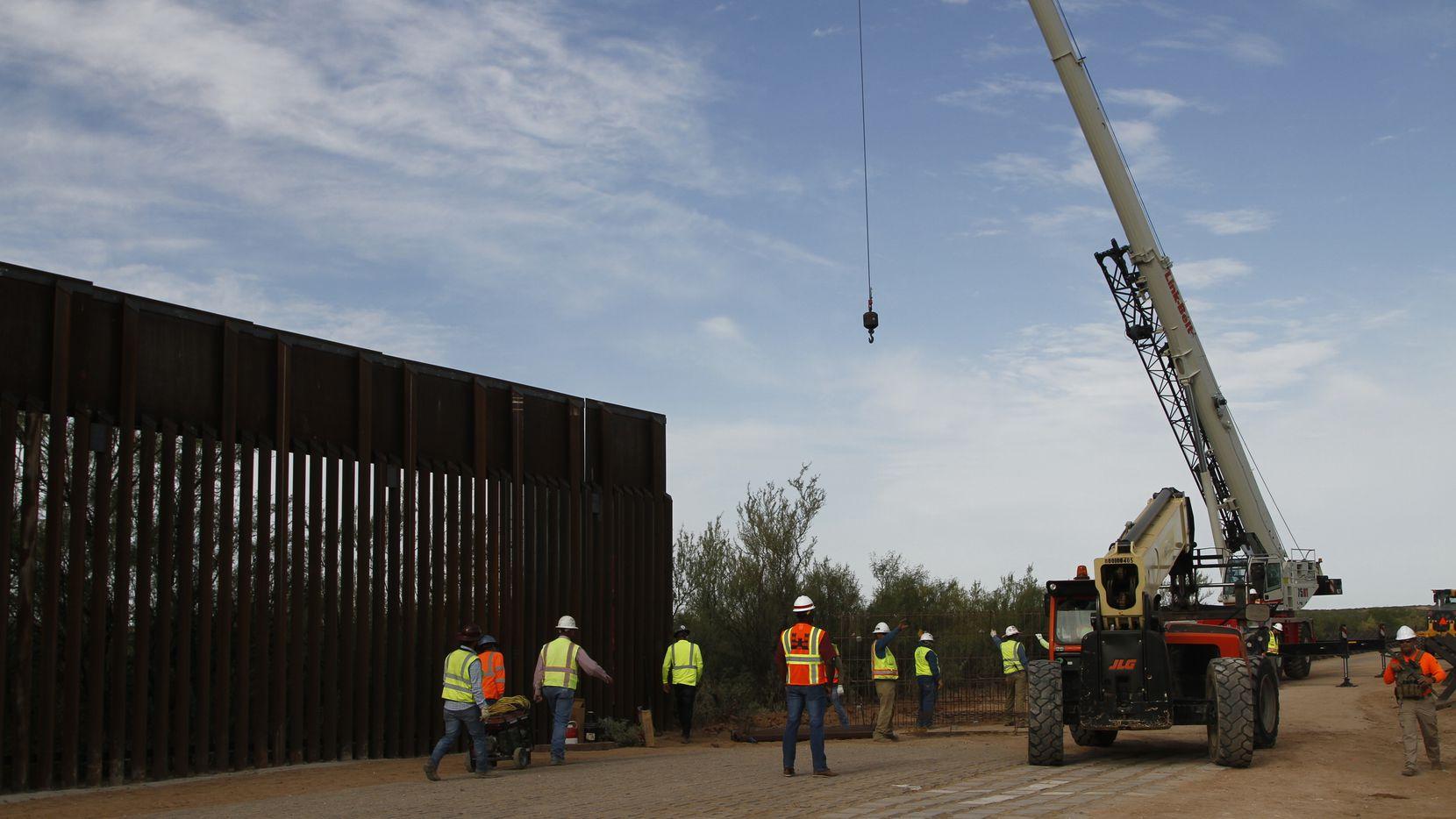 Esta fotografía del 23 de agosto muestra a trabajadores reemplazando secciones de la valla fronteriza en Santa Teresa, Nuevo México.