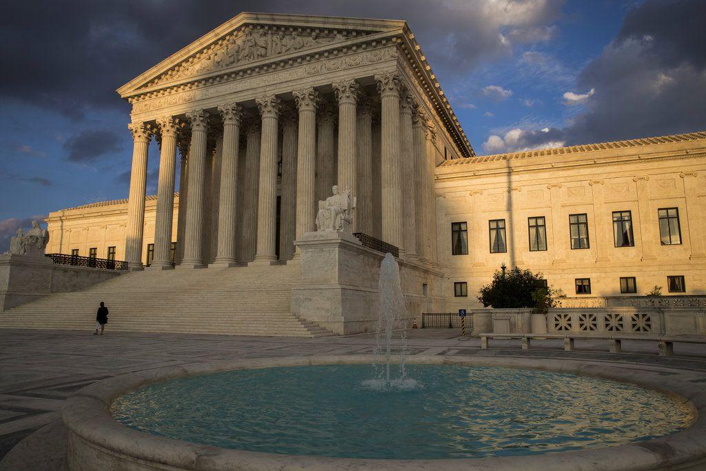 La Corte Suprema falló el martes 27 de febrero del 2018 que los inmigrantes detenidos por el gobierno bajo consideración de deportación no tienen derecho legal a que se les de audiencias de fianza periódicas. (AP Foto/J. Scott Applewhite)