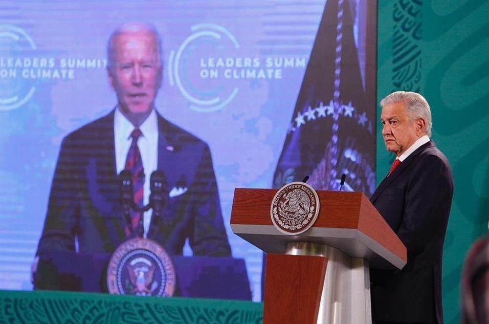 El presidente mexicano, Andrés Manuel López Obrador indicó que el gobierno estadounidense estaría condicionando la reapertura de la frontera terrestre entre ambos países a que solo se utilicen vacunas aprobadas por Estados Unidos. En la imagen, un momento en que el mandatario mexicano mostró un fragmento de la Cumbre de Líderes sobre el Cambio Climático, en abril del 2021.