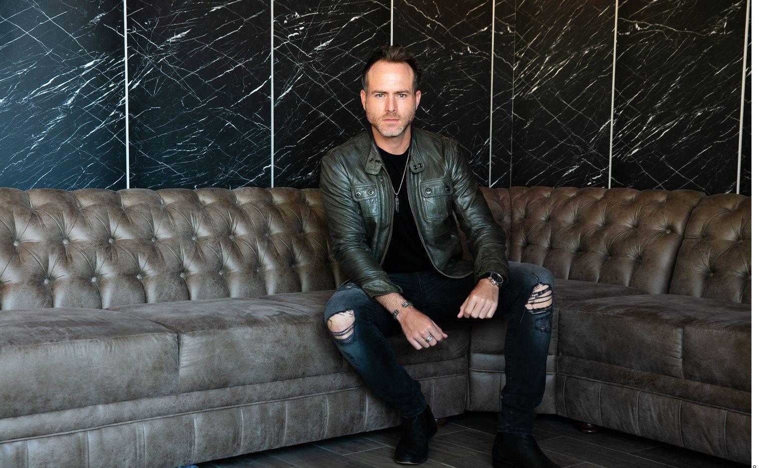 El actor Erik Hayser aprenderá a reinventarse en el thriller Oscuro Deseo.