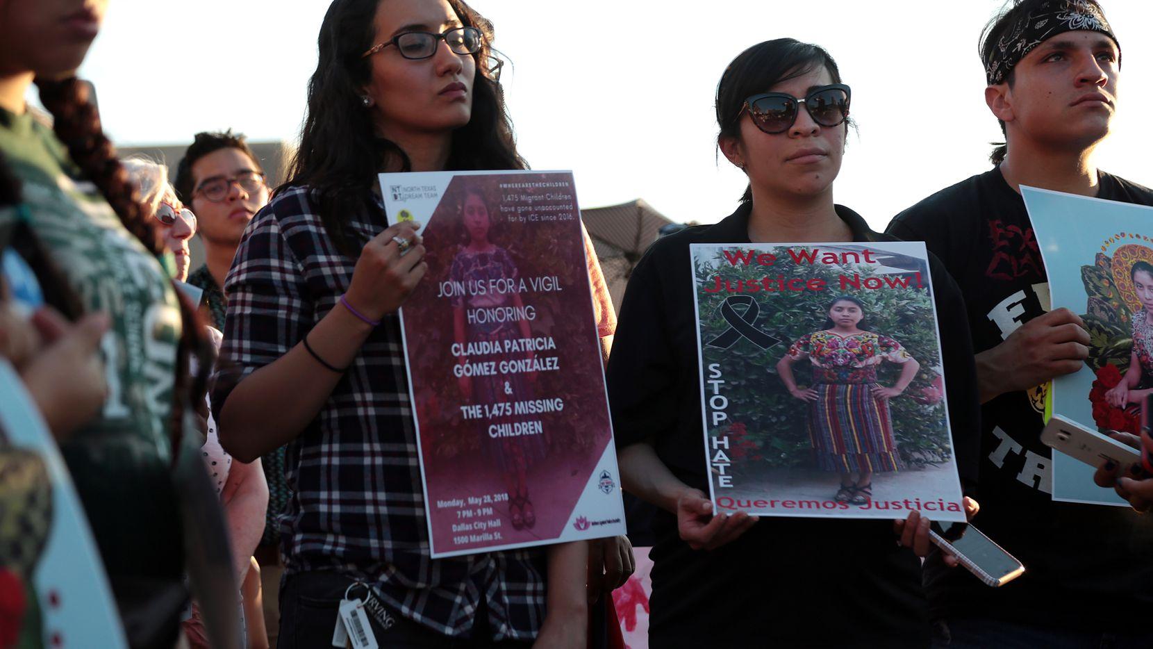 Un grupo de personas se reunió en la Alcaldía de Dallas el lunes para protestar por la muerte de Claudia Patricia Gómez González, de Guatemala, quien fue asesinada por un agente de la patrulla fronteriza en el sur de Texas el miércoles y contra los 1475 niños inmigrantes a los que el gobierno de los EE. UU. les perdió la pista. Foto: María Olivas / Especial para Al Día