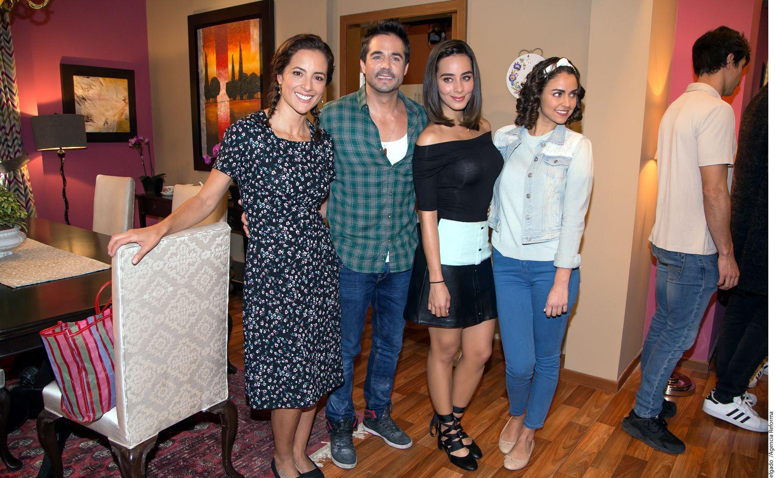 (De izq. a der.) Marisol del Olmo, José Ron, Esmeralda Pimentel y Claudia Martin actúan en Enamorándome de Ramón./ AGENCIA REFORMA