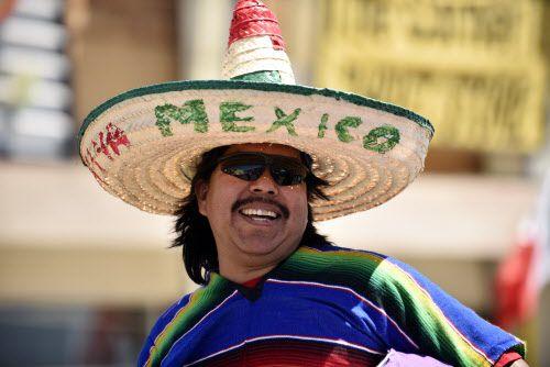 Gerardo Cuenca con su sarape y sombrero mientras escucha música en vivo en Oak Cliff.
