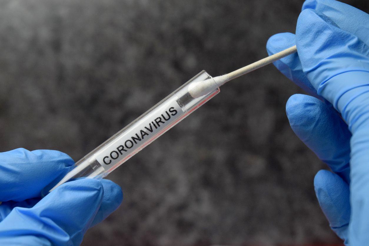 Una persona asegura una prueba nasal de coronavirus.