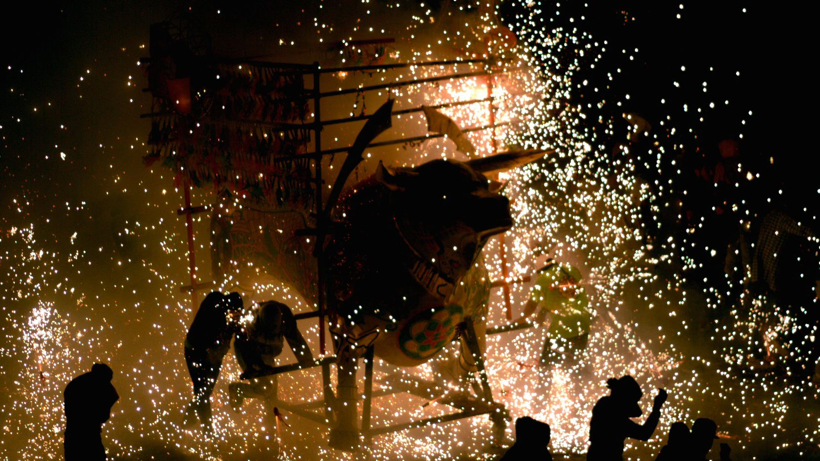 """Una escena del documental """"Pólvora y gloria"""" (""""Brimstone & Glory"""") sobre la tradición de pirotecnia en el pueblo mexicano de Tultepec en una fotografía proporcionada por Machete Cine. (Machete Cine via AP)"""