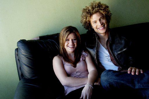 American Idol winner Kelly Clarkson and co-star Justin Guarini in 2003.