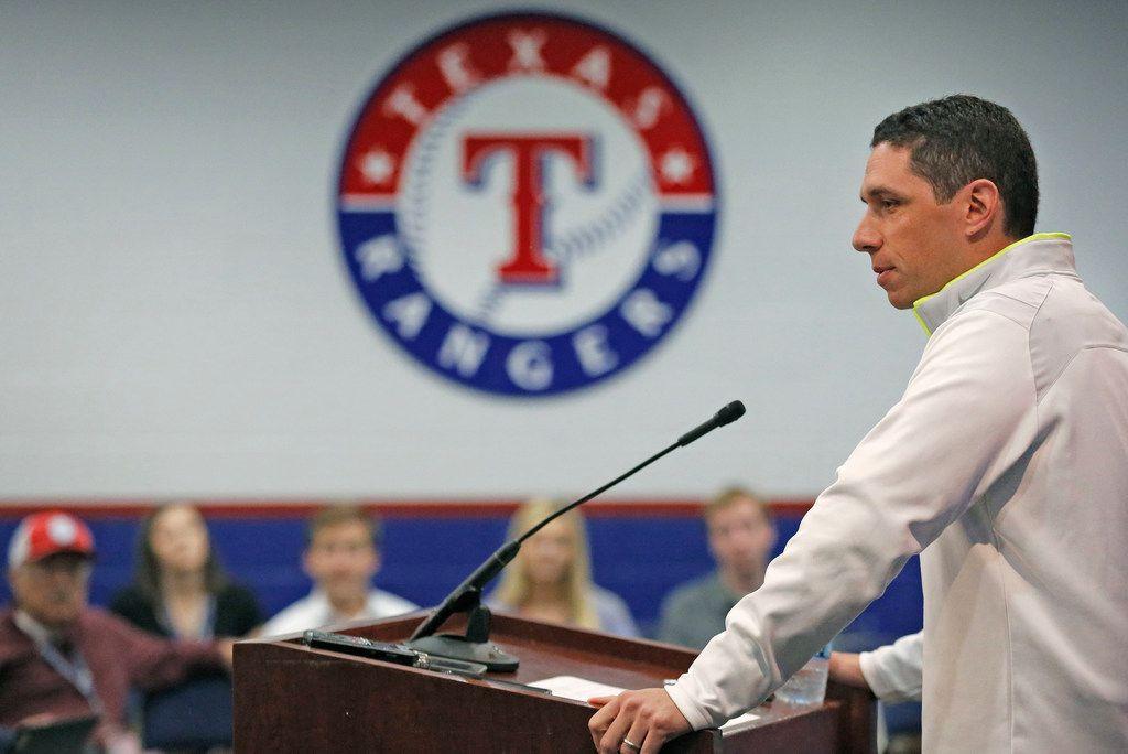 El gerente general de los Rangers de Texas, Jon Daniels, quiere encontrar una solución a la problemática social.