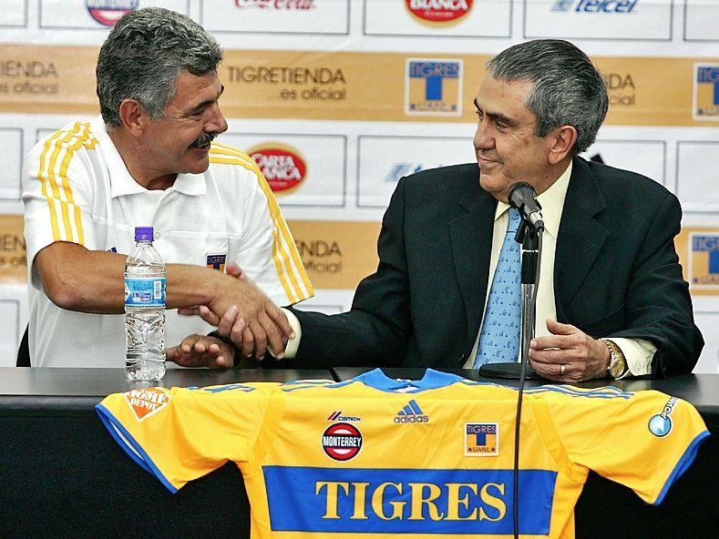 El 20 de mayo de 2010 Ricardo Ferretti (izq) fue presentado como técnico de Tigres por Alejandro Rodríguez (der), presidente del club en ese entonces.