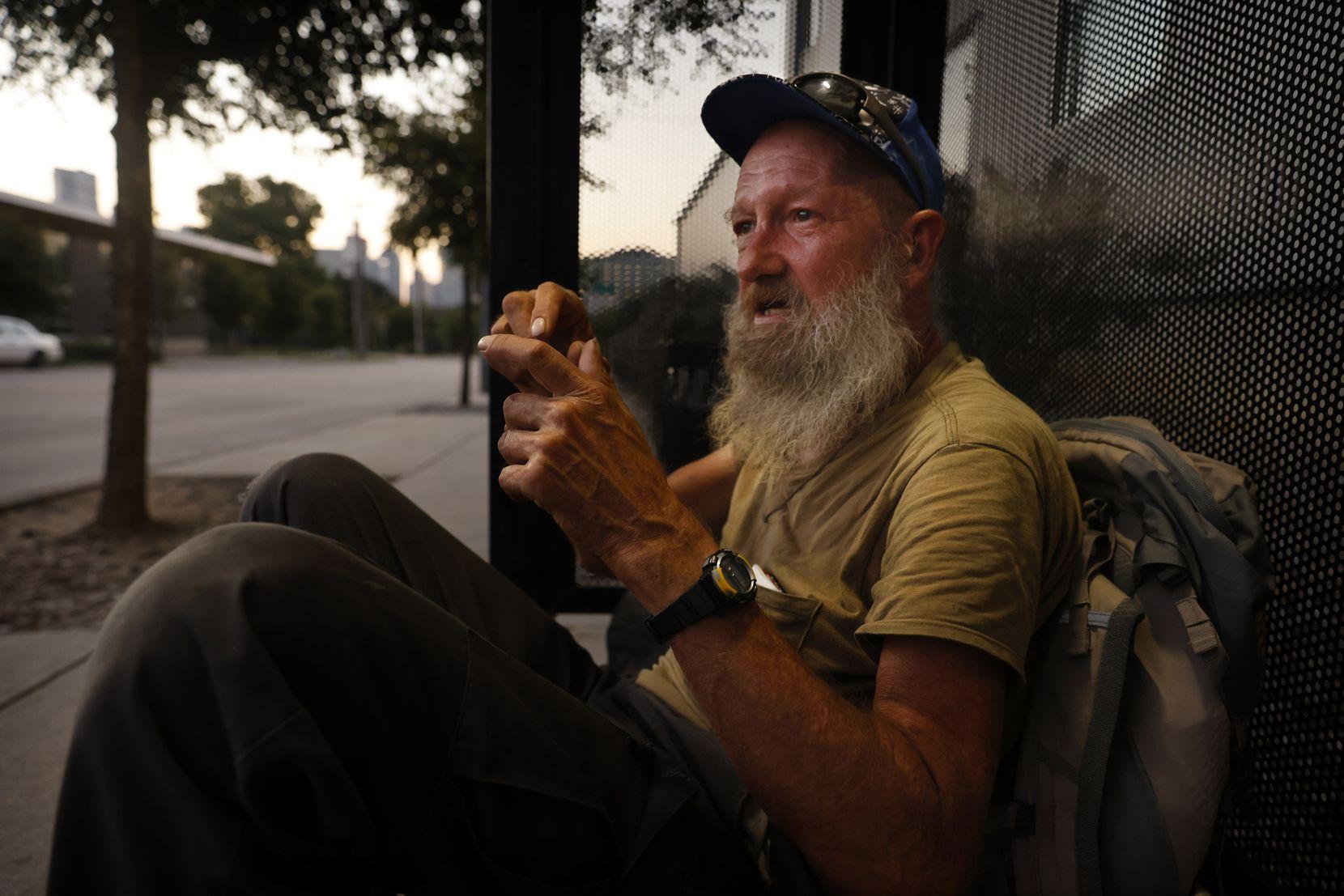 David Barger vive en la calle desde inicios de 2021. Cuenta que sobrevivió a la tormenta invernal de febrero pasando la noche en una parada de autobús de DART sobre Malcom X Blvd, cerca del centro de Dallas.