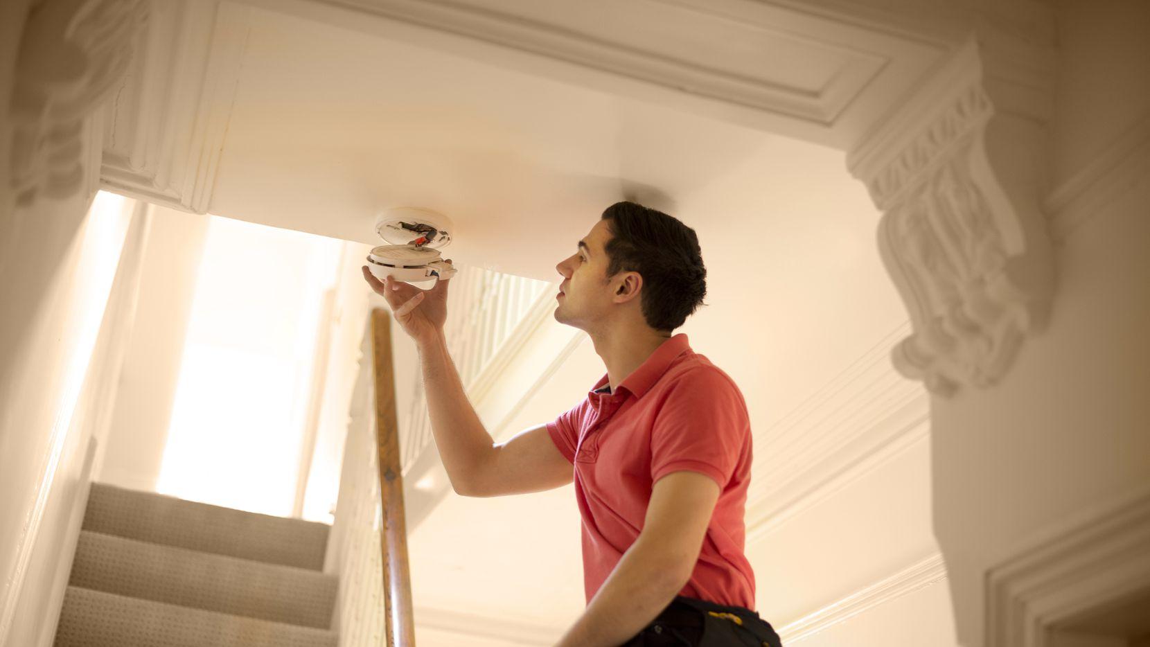 El 41% de las muertes por incendios domésticos ocurren en hogares donde no hay detectores de humo y el 16% en hogares que tienen detectores que fallaron en activarse, por lo que es de suma importancia revisarlos constantemente y cambiar las baterías periódicamente.