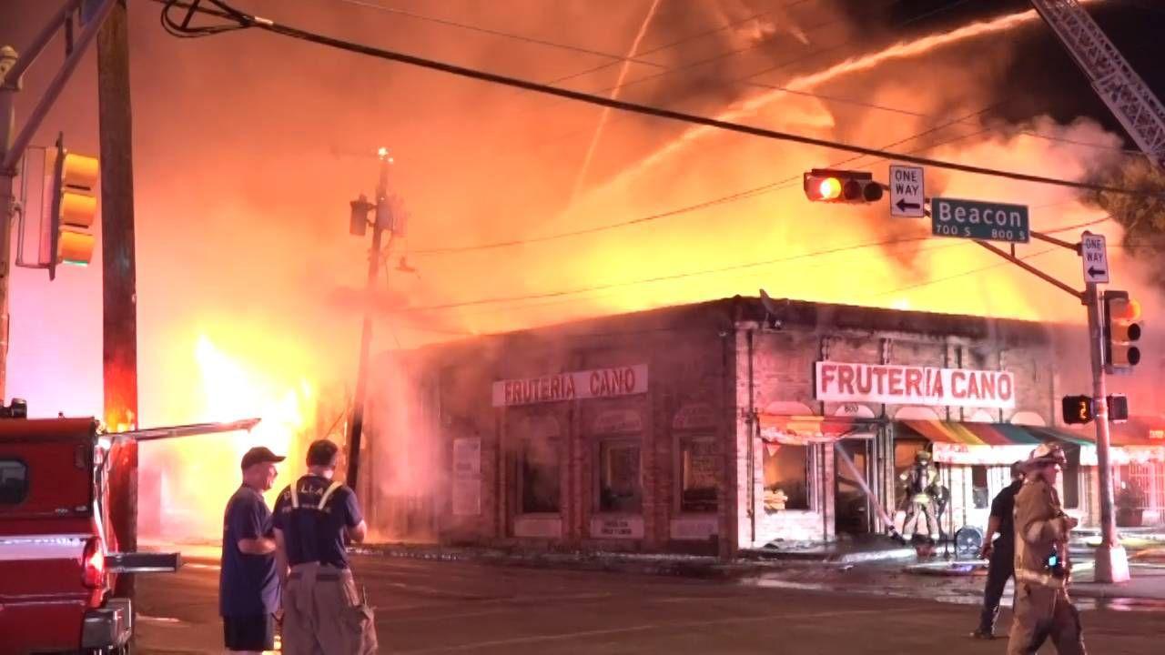 La Frutería Cano, en Old East Dallas, se incendió la noche del martes. DMN
