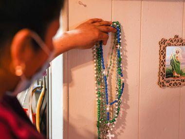 Jacoba acomoda sus rosarios cerca de un altar que tiene en su casa de Irving. Ella es indocumentada pero también trabajadora esencial y podría beneficiarse de una reforma migratoria.