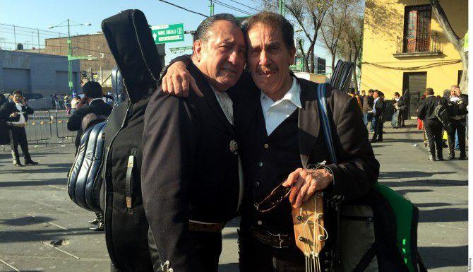 Visiblemente emocionados, algunos mariachis de la emblemática Plaza Garibaldi esperaron el paso del líder católico con música tradicional mexicana, con la esperanza de ser oídos./AGENCIA REFORMA