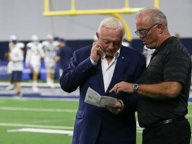 Jerry Jones (izq) y Stephen Jones en una práctica de los Cowboys en The Star de Frisco, el 27 de agosto de 2019.