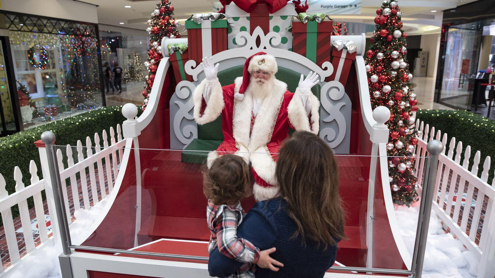 Las fotos con Santa Claus este año serán sin contacto en el Galleria Dallas. Una barrera transparente separa a Santa de las familias.