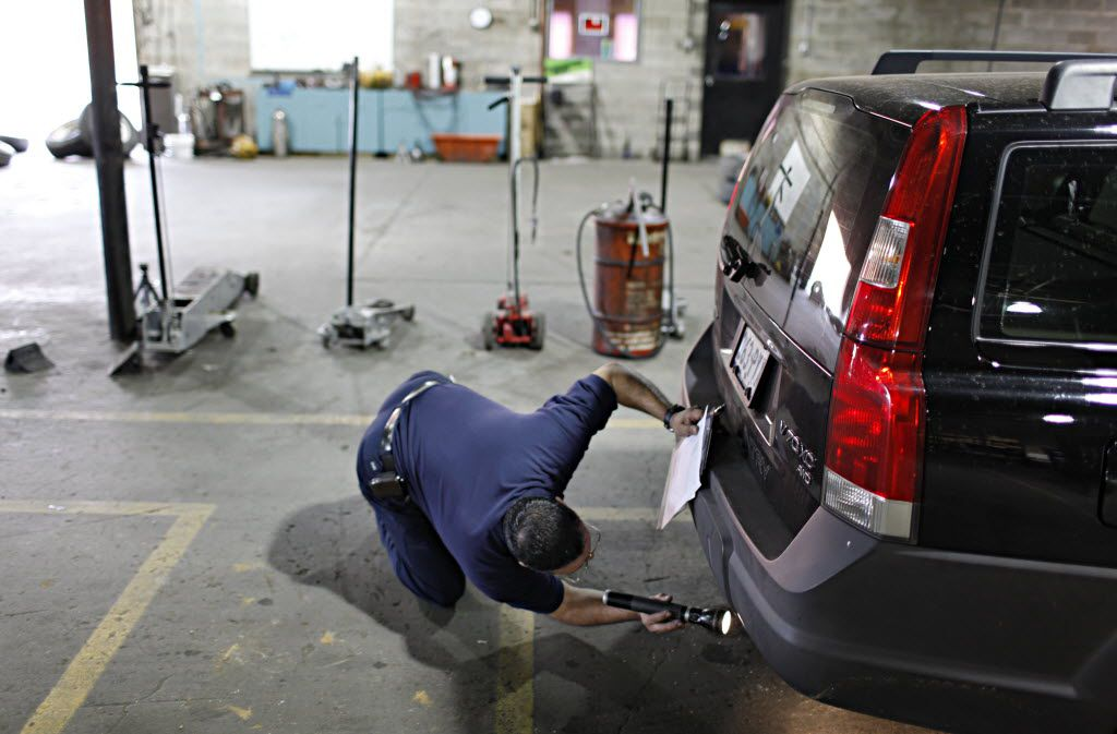 12/11/2009 -- Robert Garcia, assistant manager at Adkison Tire & Service, checks the chassis of a car as he performs a Texas vehicle inspection Friday, December 11, 2009 in central Dallas. (G.J. McCarthy/The Dallas Morning News) 12142009xNEWS 01072015xALDIA