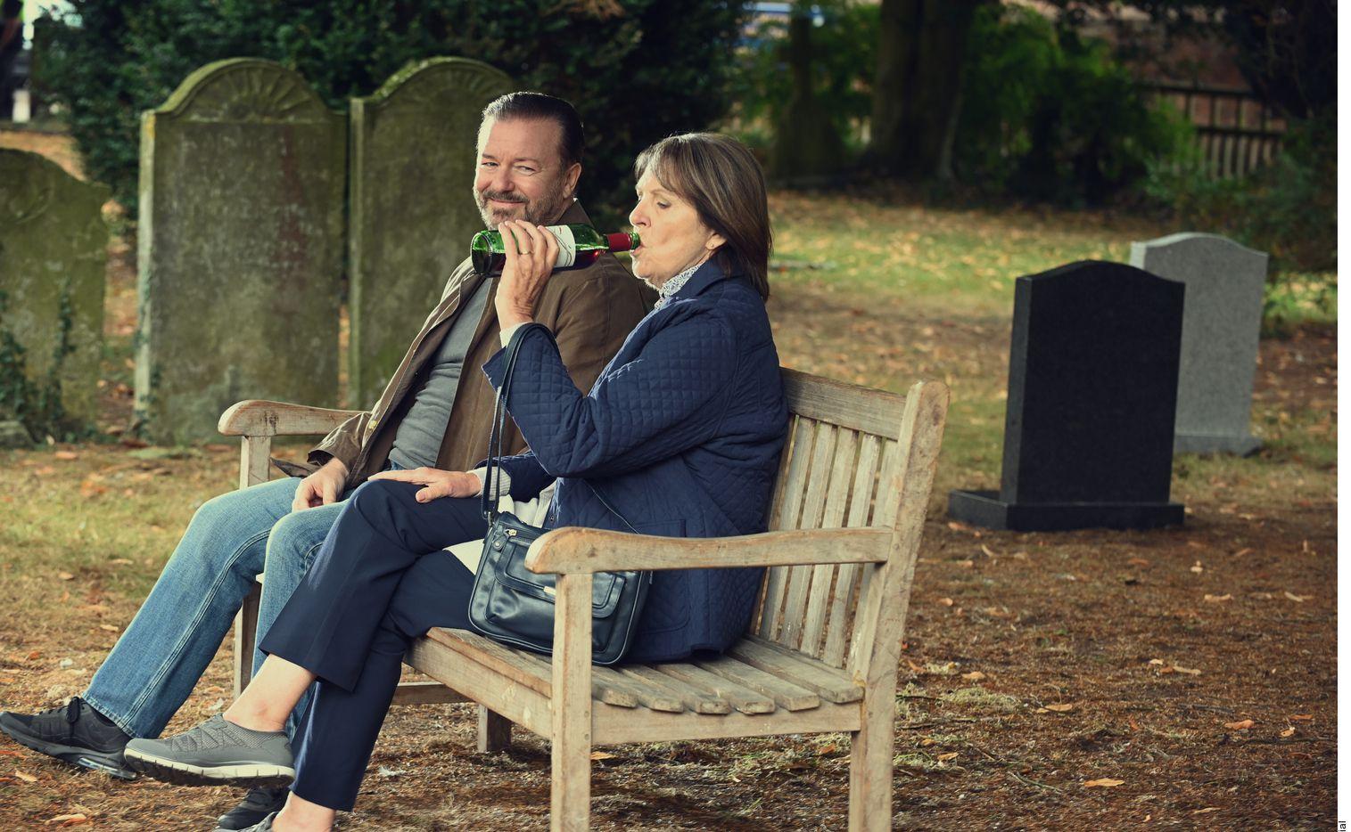 Bajo el mando del comediante Ricky Gervais, 'After Life:' 'Más Allá de Mi Mujer' es una conmovedora y muy divertida comedia sobre como aceptar el duelo.
