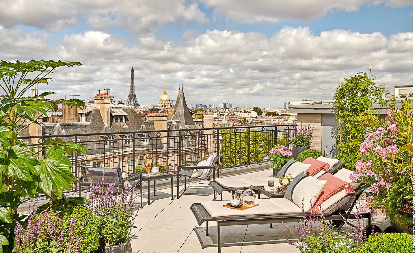 The St Germain Penthouse presume una amplia sala de estar, una terraza amueblada y espaciosas áreas de descanso.