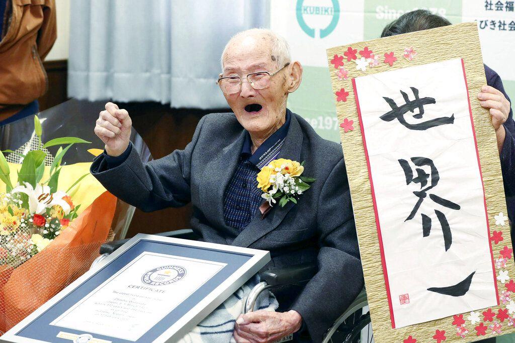 Chitetsu Watanabe, de 112 años, posa junto a un cartel que escribió tras ser condecorado como el hombre más viejo del mundo por el Guinness World Records, en Joetsu, en la prefectura de Niigata, en el norte de Japón, el 12 de febrero de 2020. (Kyodo News via AP)
