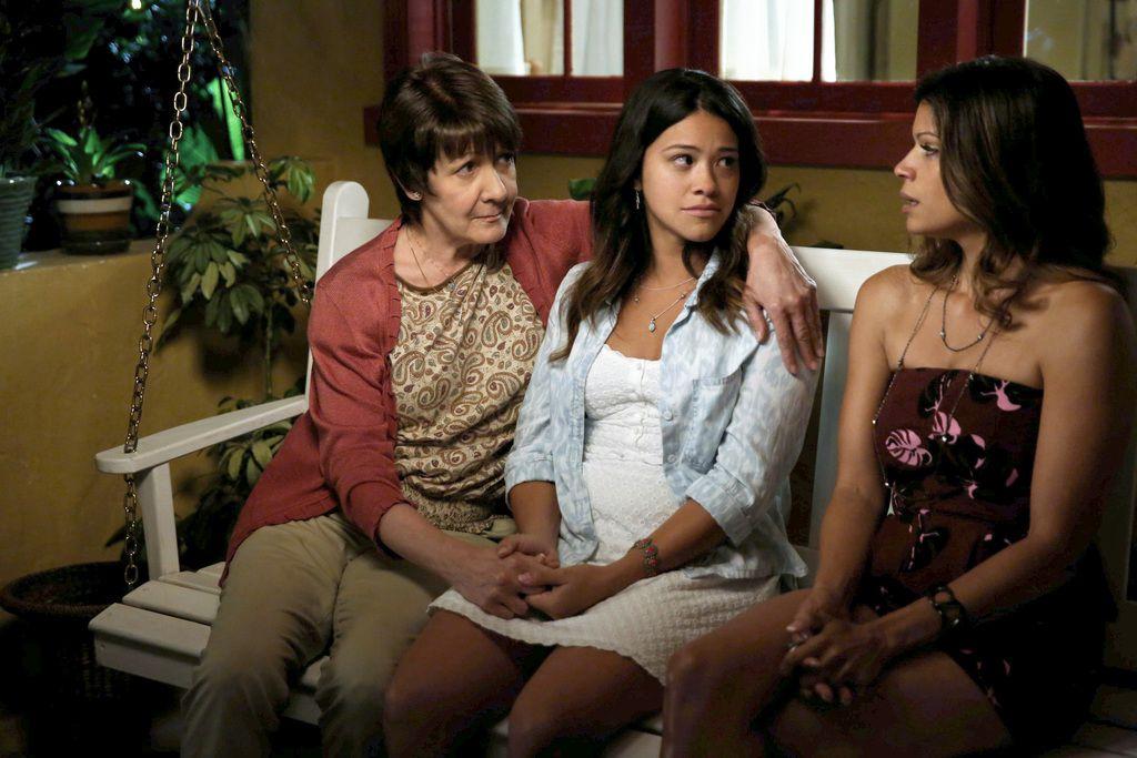 "Ivonne Coll, Gina Rodríguez y Andrea Navedo en una escena de ""Jane The Virgin"". (AP Photo/The CW, Tyler Golden)"