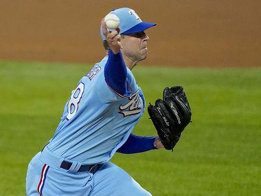 EL pitcher de los Texas Rangers, Corey Kluber, se lastimó el hombro en su primera salida de la temporada, el 26 de julio de 2020 en el Globe Life Field de Arlington.