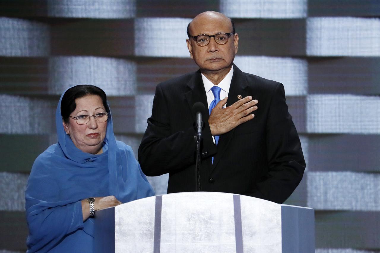 Khizr Khan y su esposa Ghazala son los padres del capitán Humayun S. M. Khan, un soldado musulmán estadounidense que falleció en Irak. (AP/J. SCOTT APPLEWHITE)