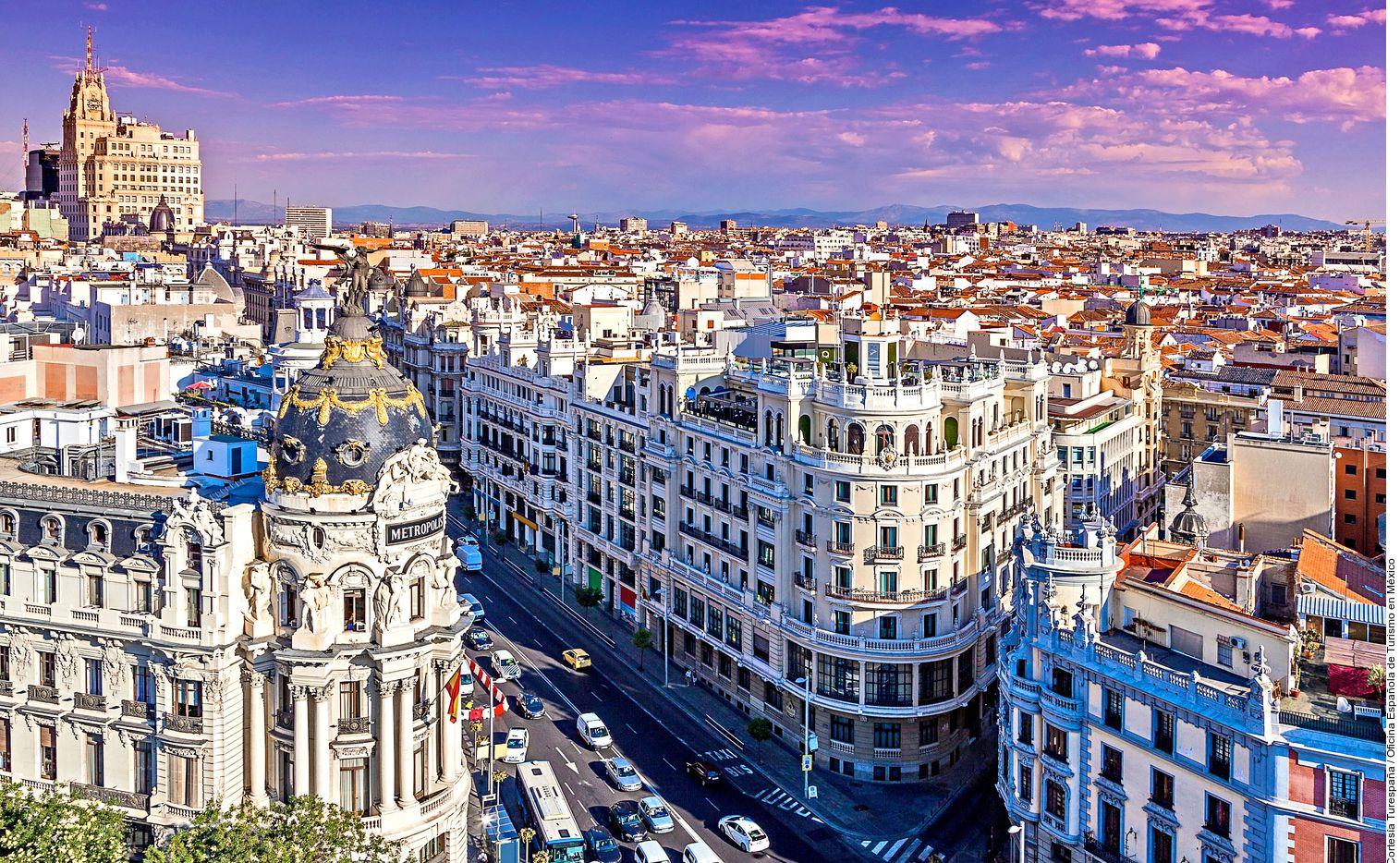 Madrid, la capital de España, con sus rascacielos y recintos feriales, atrae pujantes negocios y con su perfil más añejo imanta tanto a primerizos como a quienes la siguen prefiriendo como puerta de entrada o salida en su viaje a Europa.
