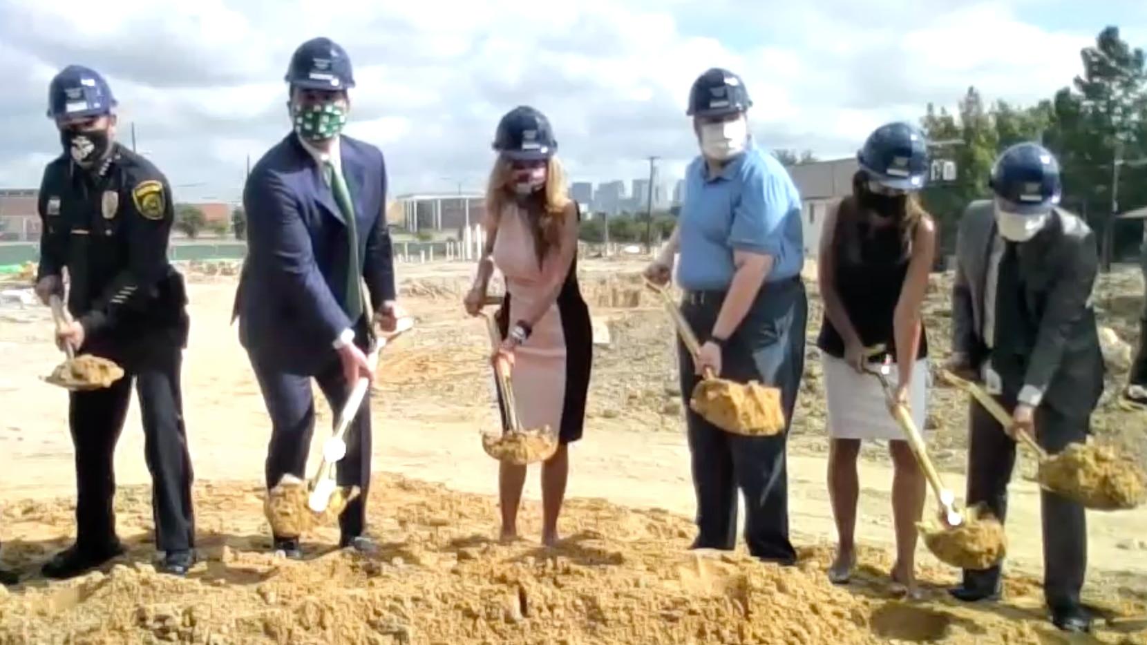 La comisionada Elba García (al centro) encabezó la ceremonia de inicio de construcción del nuevo Centro de Gobierno en Oak Cliff.