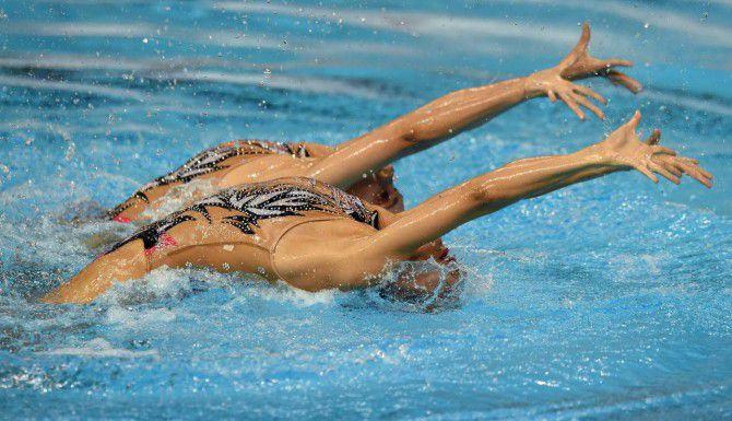Karem Achach y Nuria Diosdado, de México, durante la competencia de nado sincronizado en los Panamericanos de Toronto. (AFP/GETTY IMAGES/TIMOTHY A. CLARY)