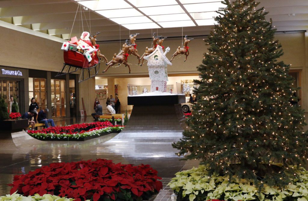 NorthPark Center customers waited for stores to open on Black Friday. (David Woo/Staff Photographer)