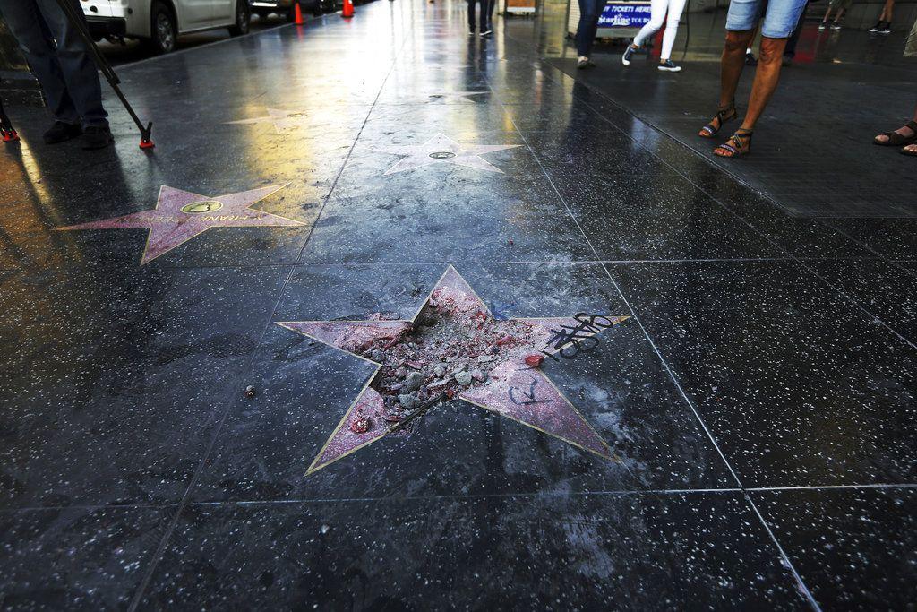 """ARCHIVO – Foto de archivo, 25 de julio de 2018, de la estrella de Donald Trump en el Paseo de la Fama de Hollywood, dañada con un pico. El concejo municipal de West Hollywood pidió que se la retire debido al """"tratamiento perturbador de las mujeres y otras acciones"""" de Trump. (AP Foto/Reed Saxon, File)"""
