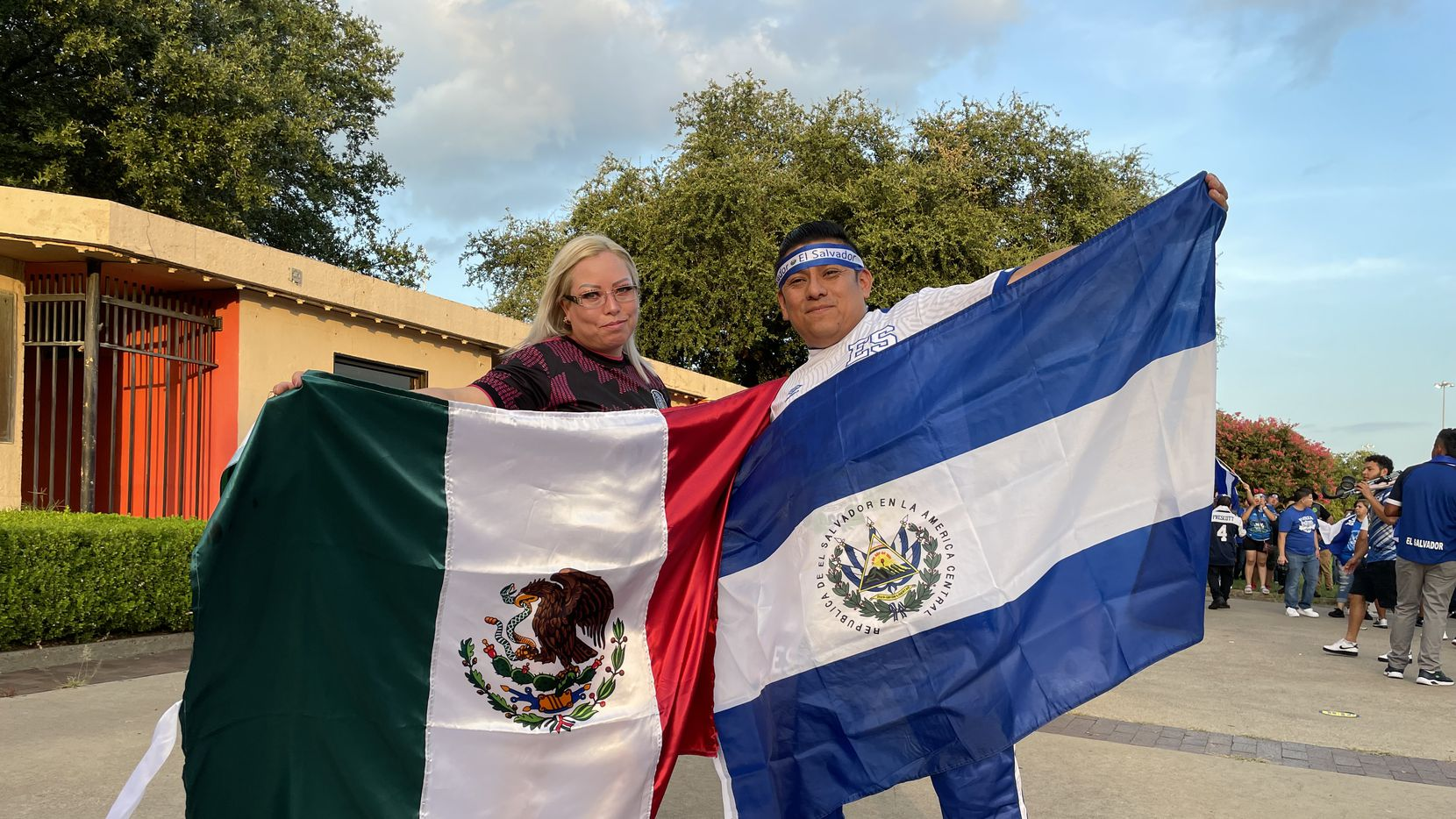 Marisol Rico y Carlos Gutiérrez cruzaron una apuesta afuera del Cotton Bowl donde jugaron las selecciones de México y El Salvador en la Copa Oro, el 18 de julio de 2021.