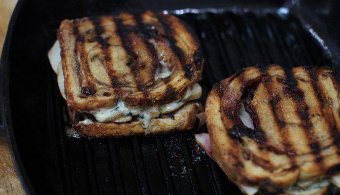 Utiliza la parrilla para hacer este sándwich con queso azul y pera. (AP/MATTHEW MEAD)