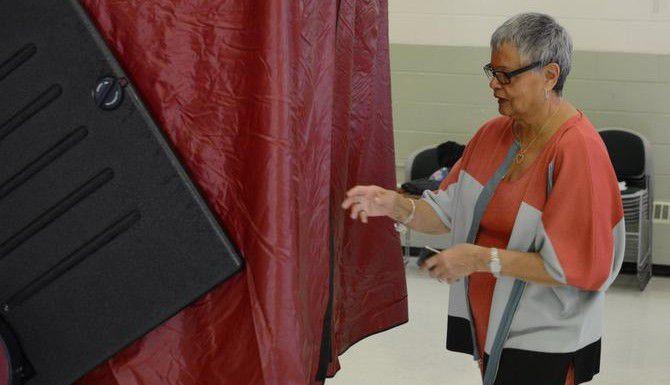 Bonnie Watson Coleman vota en un centro para ancianos en Ewing, Nueva Jersey. (AP/JOHN BERRY)
