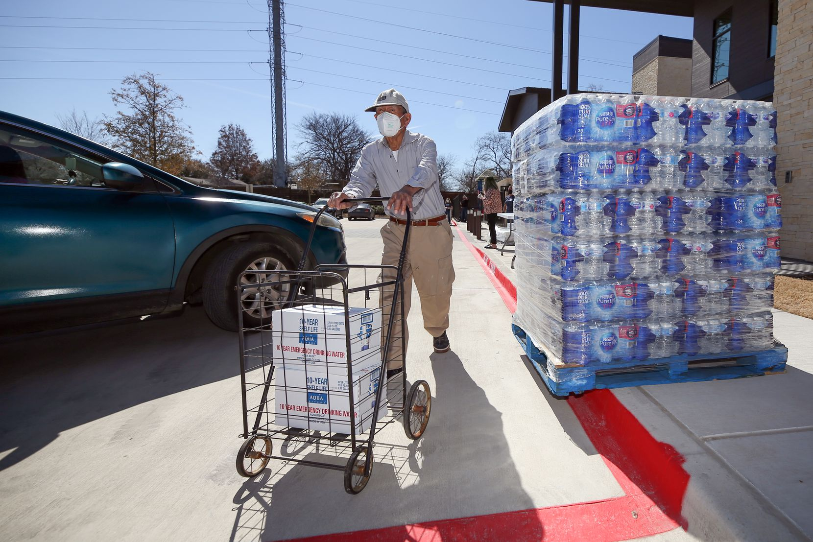 Un alto número de residentes de Bachman Lake no cuentan todavía con el servicio de agua potable. El martes se organizó una repartición de botellas para ayudarlos.