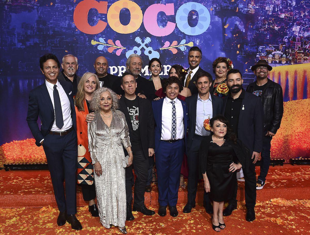 El elenco de la película animada Coco. AP