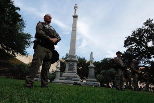 Guardias estatales montan guardia en los monumentos confederados antes de una marcha contra los supremacistas blancos que se realizó el fin de semana en Dallas.