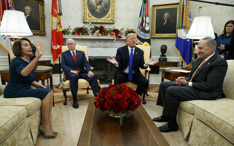 La líder de los legisladores Nancy Pelosi, el Vicepresidente Mike Pence, el presidente Donald Trump y el líder del senado Chuck Schumer, se reunieron el martes en la Casa Blanca. AP