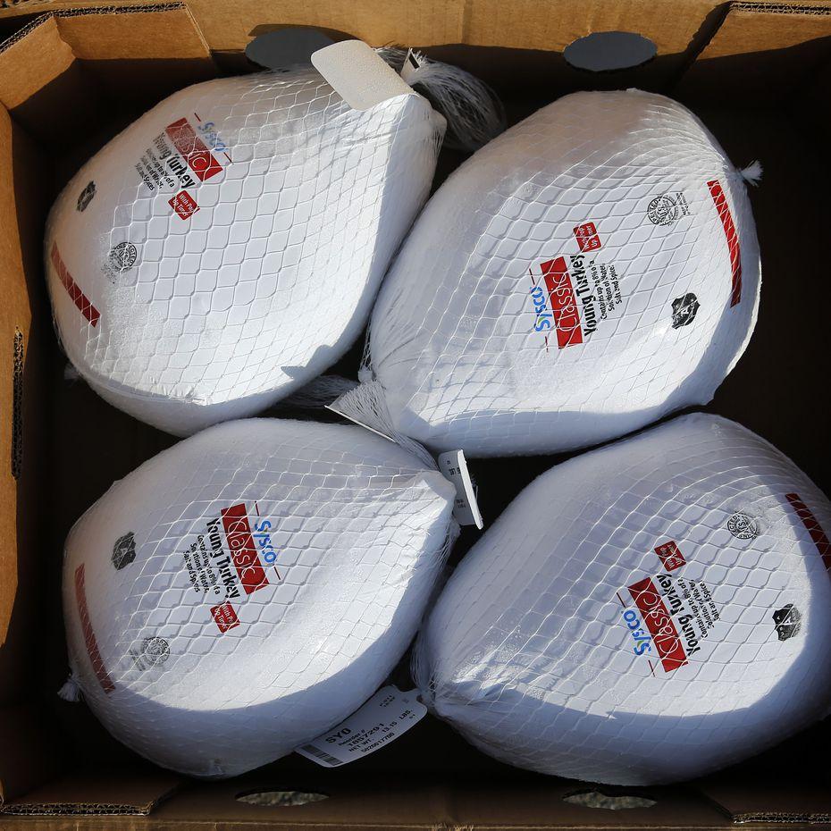 Pavos congelados fueron entregados en el evento de entrega de despensas a miles de familias el sábado en el Fair Park de Dallas.