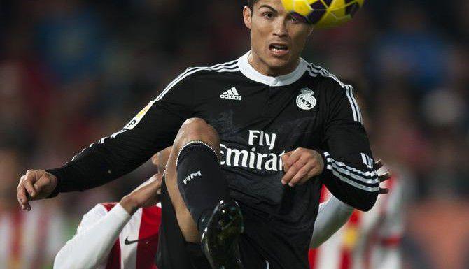 Cristiano Ronaldo y los merengues se medirán al Shalke en octavos de final de la Liga de Campeones, tras el sorteo realizado el lunes. (AP/DANIEL TEJEDOR)