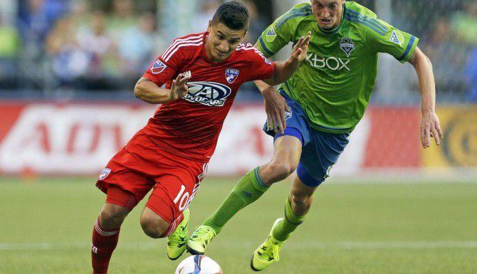 Mauro Díaz (izq.) y el FC Dallas sufrieron su tercera goleada de la campaña, al perder 3-0 ante los Sounders el sábado en Seattle. (AP/TED S. WARREN)
