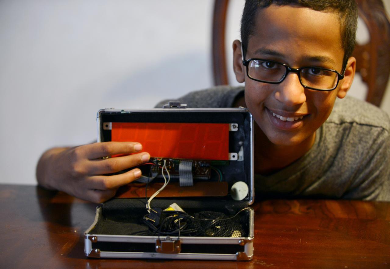 Ahmed Mohamed posa con el reloj que lo hizo famoso en la casa de la familia en Irving. (DMN/RACHEL WOOF)