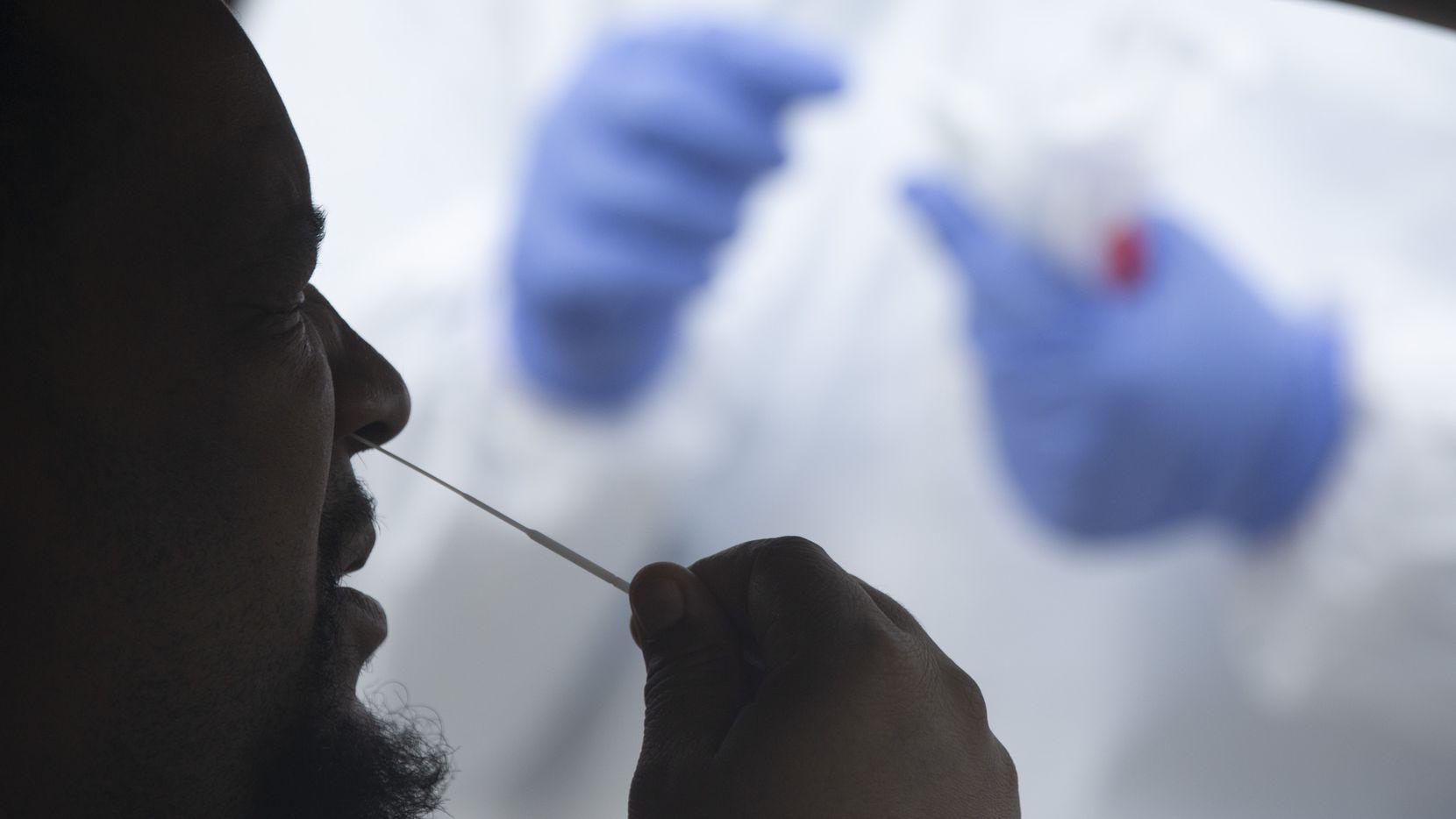 Un paciente se toma una muestra nasal para saber si tiene covid-19, en Colleyville. La comunidad hispana ha sido la más golpeada por el coronavirus en el Norte de Dallas. Varios factores estarían contribuyendo.