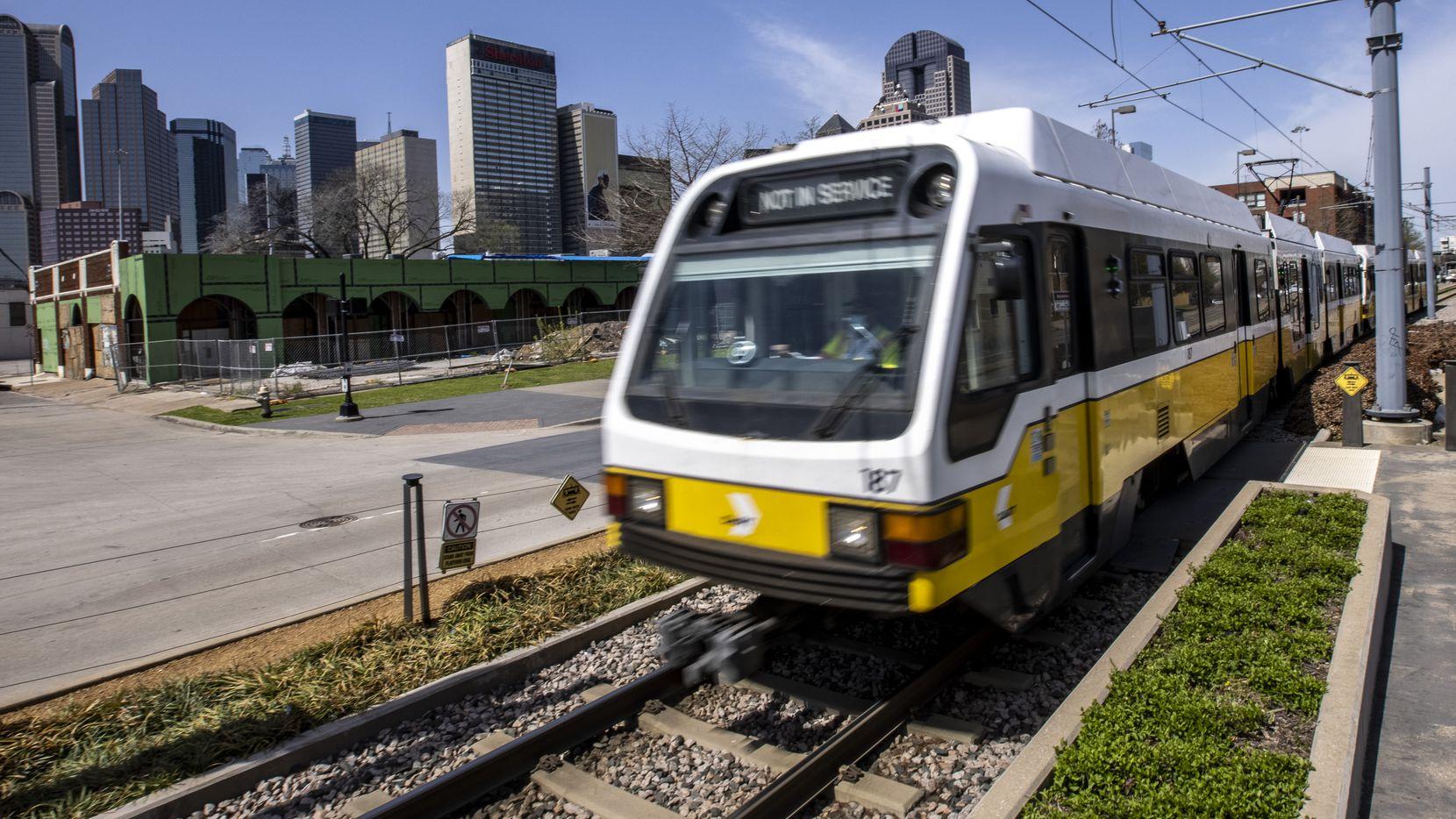 Un tren de DART atraviesa el vecindario de Deep Ellum. Un proyecto aprobado por el Concejo promete construir un tren subterráneo para el centro de la ciudad.