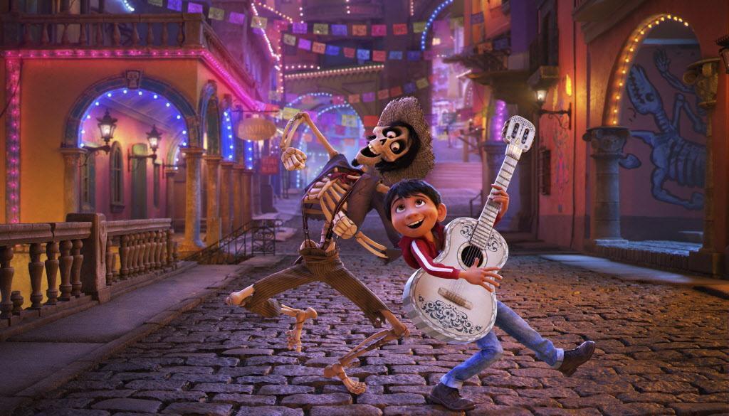 """En esta escena de """"Coco"""" se ve a la izquierda al personaje Héctor (con voz de Gael García Bernal) junto a Miguel (Anthony González).(DISNEY-PIXAR)"""