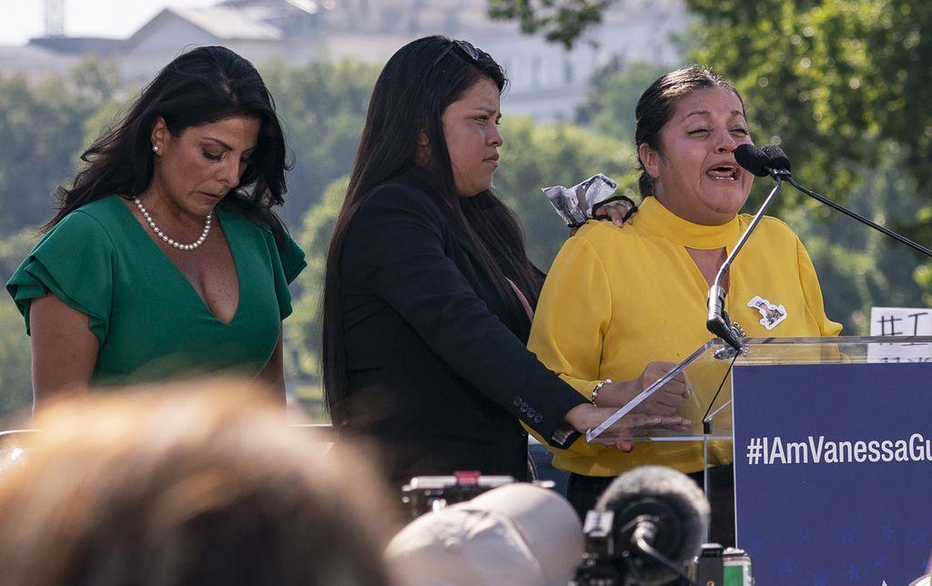 Natalie Khawam (izq.), Lupe Guillén (centro) y Gloria Guillén (der.), así como Mayra Guillén, se reunieron con la actriz Jada Pinkett Smith, quien pidió que se apruebe la iniciativa de ley #IamVanessaGuillen. En la imagen, parte de la protesta en Washington el 30 de julio.