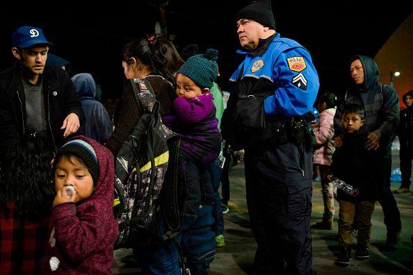 Voluntarios y policías locales tratan de ayudar a migrantes centroamericanos que fueron liberados por las autoridades migratorias cerca de una estación de autobuses en El Paso. GETTY IMAGES